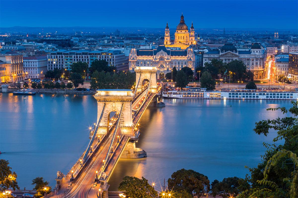Budapest vita notturna viagginmente tour organizer for Soggiorno budapest